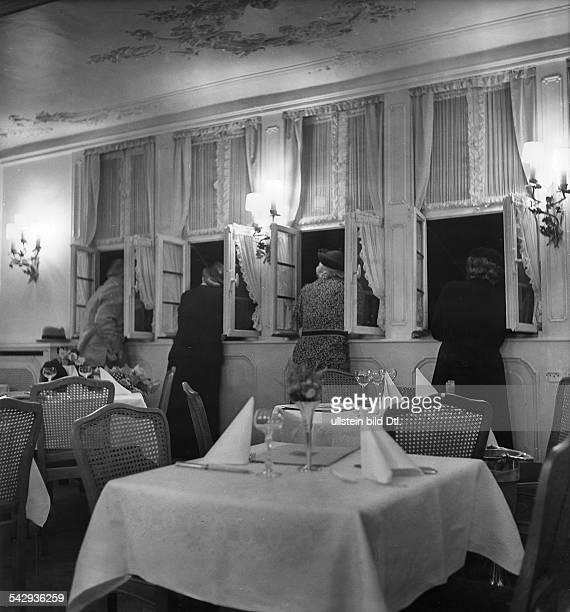 Restaurant in Frankfurt am Mainvier Frauen stehen am Fenster und schauen hinausFoto Hedda Walther1938