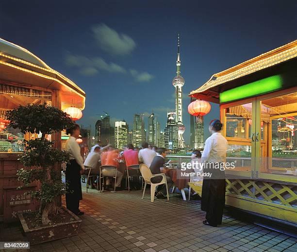 restaurant in front of skyline - rio huangpu - fotografias e filmes do acervo