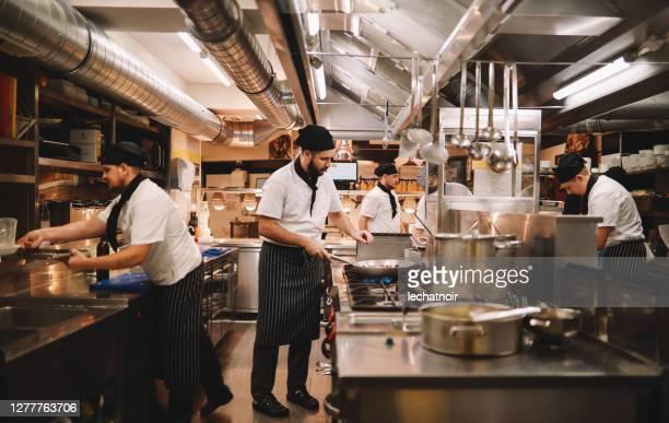 equipaggio cucina ristorante in azione - chef foto e immagini stock