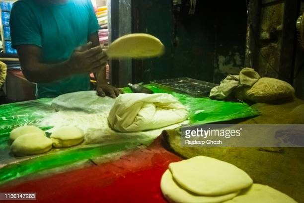 restaurant kitchen making tandoori roti - old delhi stock pictures, royalty-free photos & images