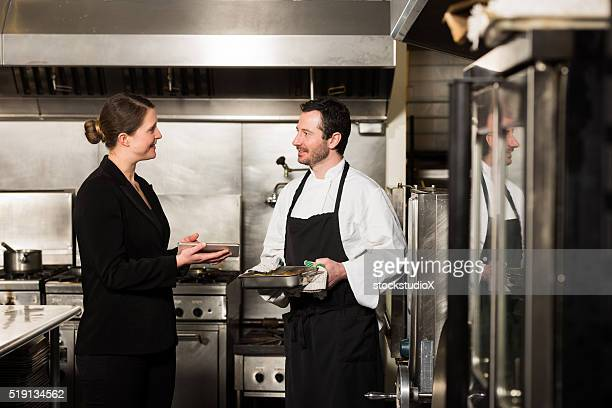 Restaurant-manager arbeiten mit einem professionellen Koch