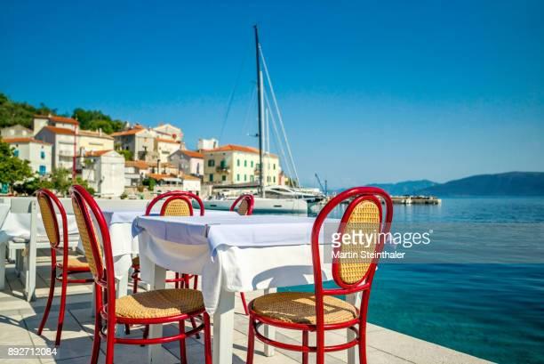 restaurant mit ausblick in hafen in einer bucht in kroatien - rijeka stock pictures, royalty-free photos & images