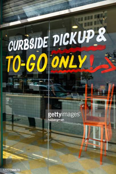 restaurant offering curbside pickup & to-go only during covid-19 lockdown - curbside pickup stock pictures, royalty-free photos & images