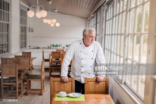 restaurangägaren i sin tomma restaurang. - stänga bildbanksfoton och bilder