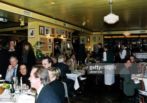 Restaurant `Reinhard's Landhaus' in der Gäste und Bedienung im Lokal November 1998