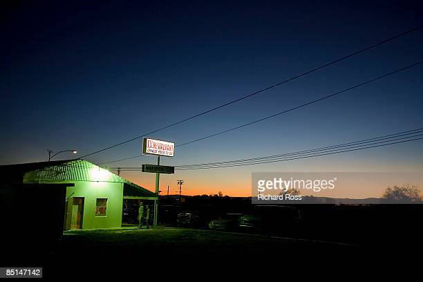 restaurant sign along highway at nighttime - diner stock pictures, royalty-free photos & images