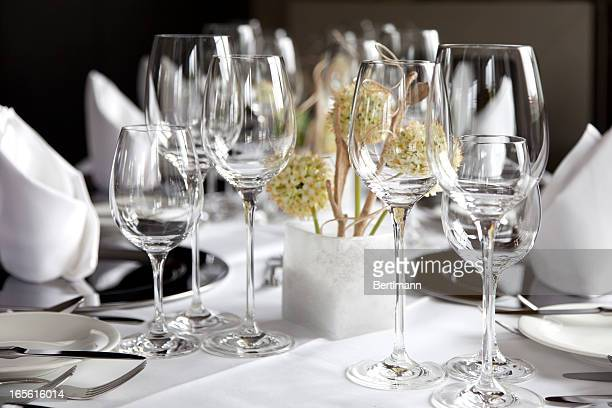 restaurant table with wine glasses and napkins - glas serviesgoed stockfoto's en -beelden