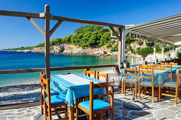 Tavoli al ristorante Roussoum Gialos spiaggia, Alonissos (Alonneso