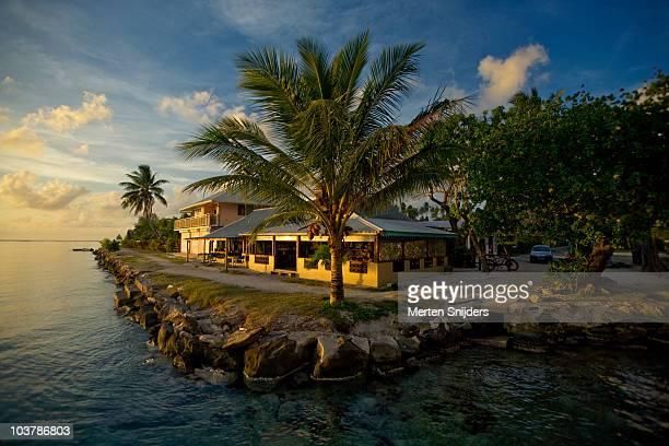restaurant te marara and oceanside footpath during sunset. - merten snijders stockfoto's en -beelden