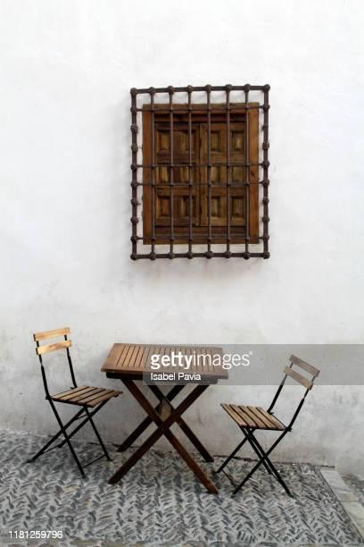 restaurant terrace in the city of granada, spain - europa meridionale foto e immagini stock