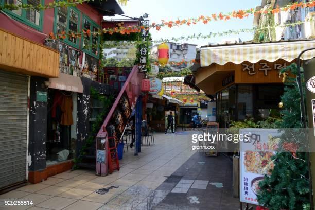 restaurantes y tiendas en la calle de gato-tema de ding'aozai colores, xiamen, china - xiamen fotografías e imágenes de stock