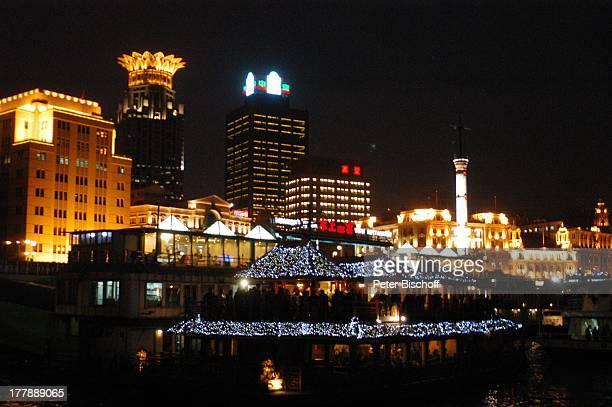 Restaurantschiff Bund Center Sykline bei Nacht Stadtteil Puxi Shanghai China Asien Nacht nachts Boot Schiff Leuchtreklamen Beleuchtung Hochhaus...