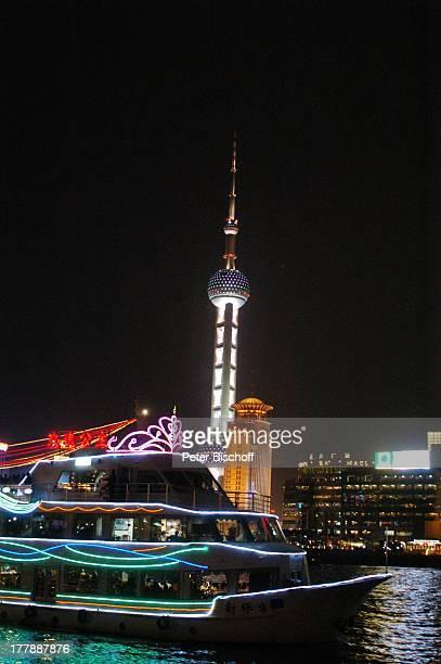 Restaurantschiff Fernsehturm Oriental Pearl Tower Convention Center Fluss Huangpu Stadtteil Pudong Shanghai China Asien Skyline Hochhaus...