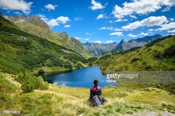 ausruhen am schönen kleinen see in den bergen - kemter stock-fotos und bilder