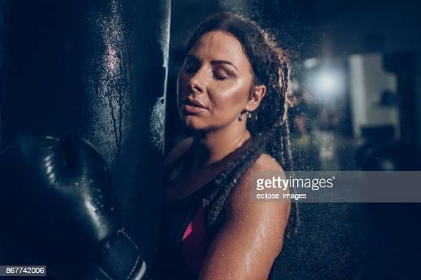 descansando de chutar - boxe feminino - fotografias e filmes do acervo