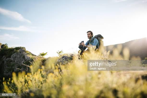 Rustend op de berg alleen