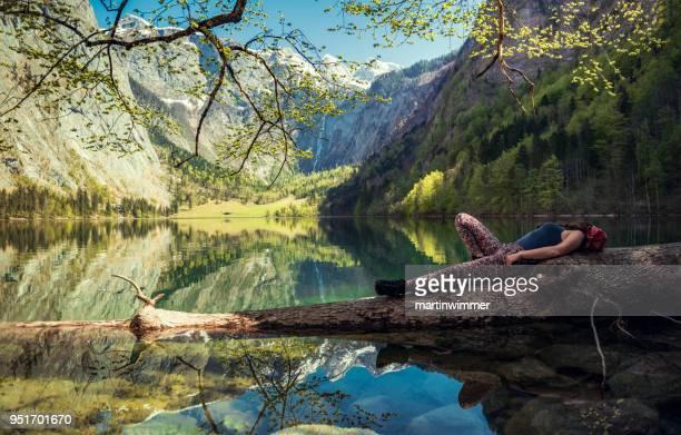 Frauen in Bayern Berchtesgaden Obersee Königssee ruhen