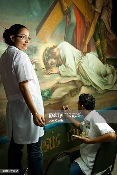 Trabalho de restauração na pintura Crucifixion