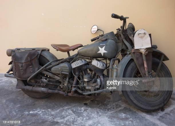 restored american ww2 military motorbike, parked in greek village - greece - greece wwii stockfoto's en -beelden