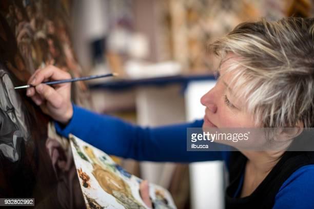 Restaurator und Einrahmer Labor Handwerkerinnen: Restaurierung antiken religiösen Malerei Leinwand