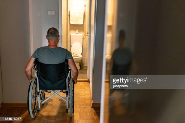 障害者ではないトイレ - 麻痺 ストックフォトと画像