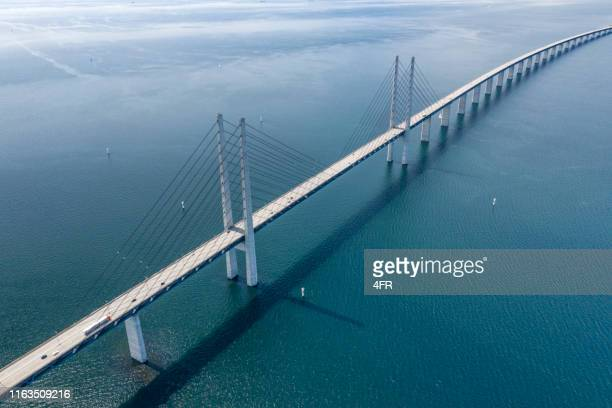 øresund, öresund bridge connecting sweden with denmark - regione dell'oresund foto e immagini stock