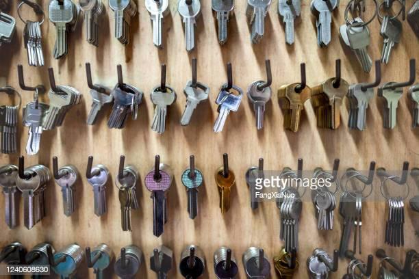 esposizione al dettaglio di chiavi vuote a parete presso l'officina fabbro - ripetizione foto e immagini stock