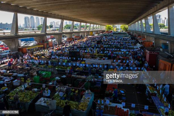 retail trade of fruits and vegetables in são paulo - food distribution stock pictures, royalty-free photos & images