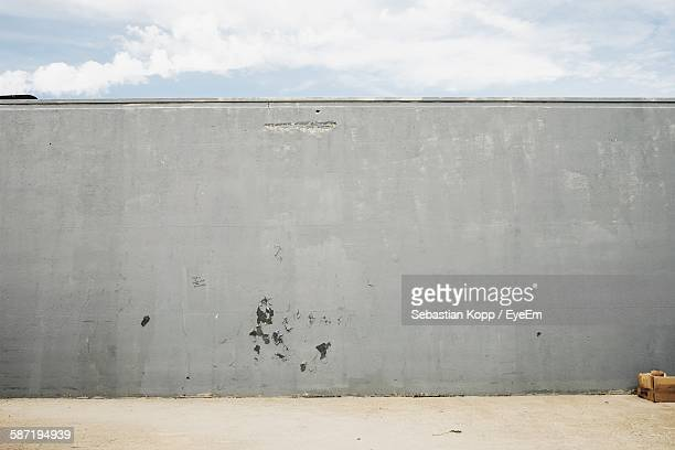 retaining wall against sky - obstruir - fotografias e filmes do acervo