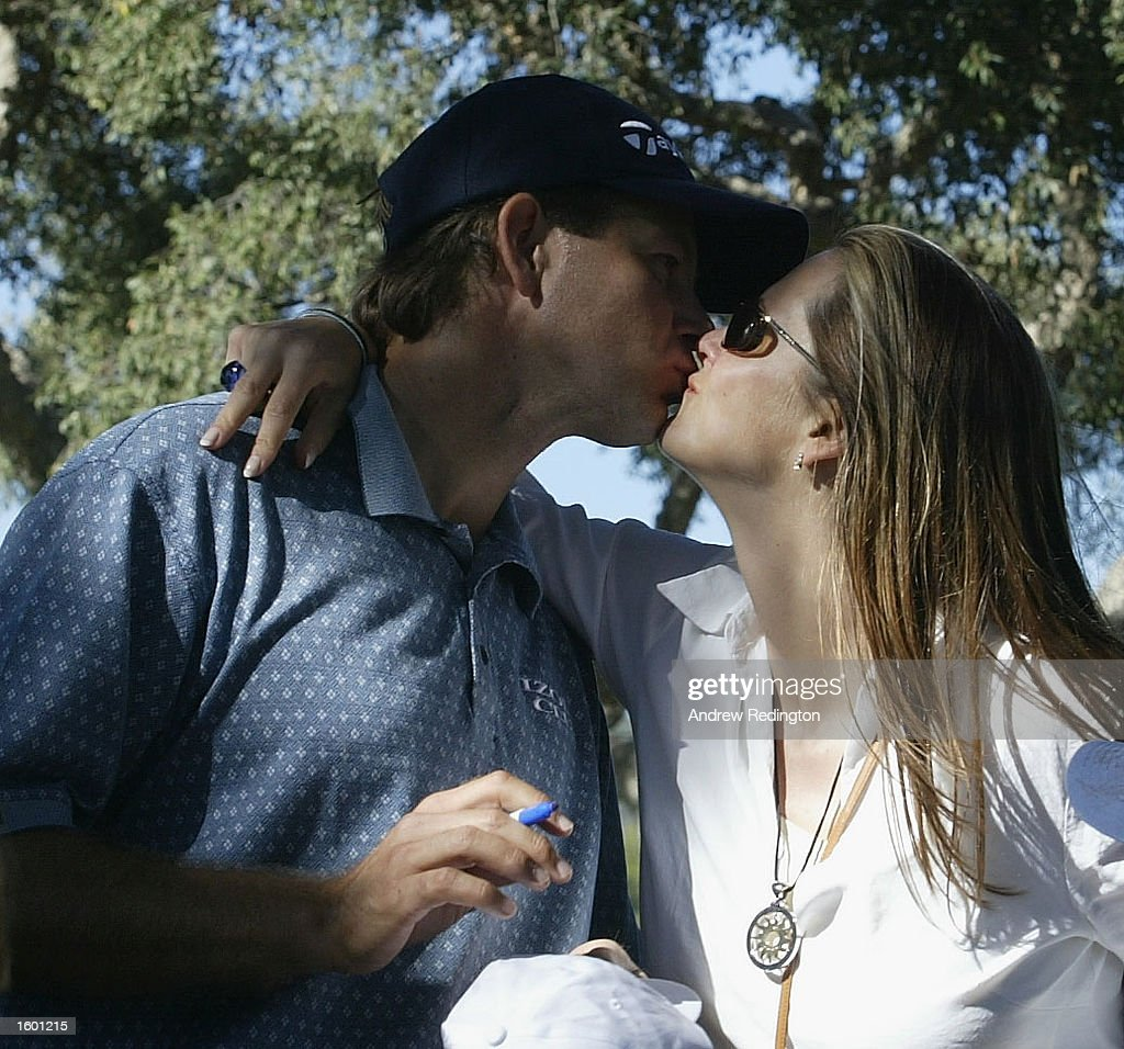 Retief Goosen of South Africa kisses his wife Tracy : News Photo