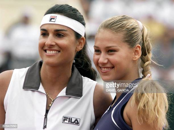 Retired Argentine tennis star Gabriela Sabatini and Anna Kournikova of Russia are pictured prior to their exhibition match 19 February 2000 in Buenos...