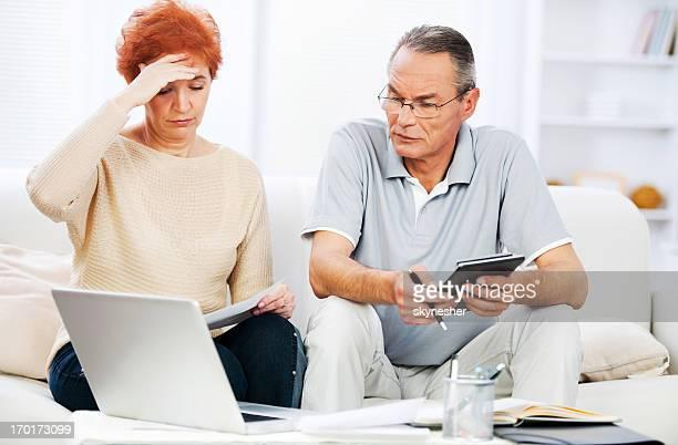 Coppia di pensionati facendo loro tasse