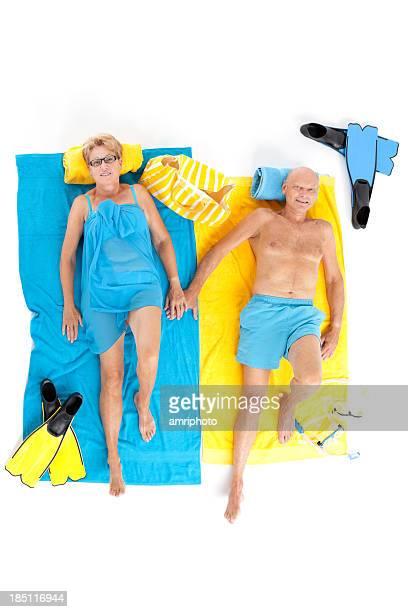 Aposentado Casal relaxante na praia toalhas de