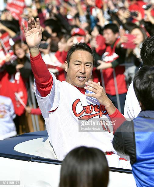 Retired Hiroshima Carp righthander Hiroki Kuroda joins a parade on Nov 5 in the western Japan city of Hiroshima to celebrate the team's first Central...
