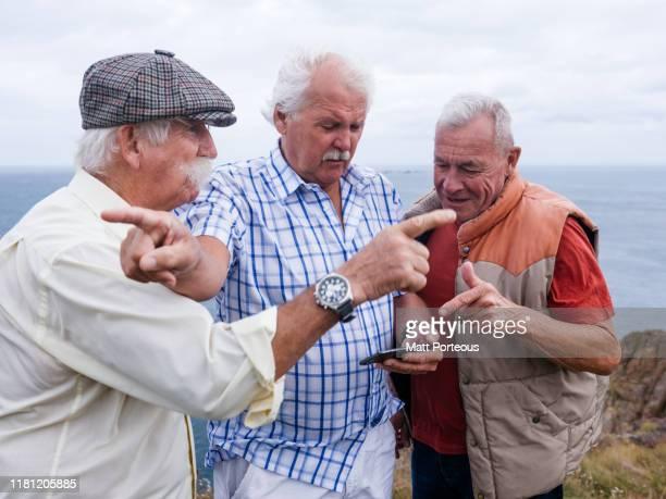 retired men argue about navigation - 迷う ストックフォトと画像