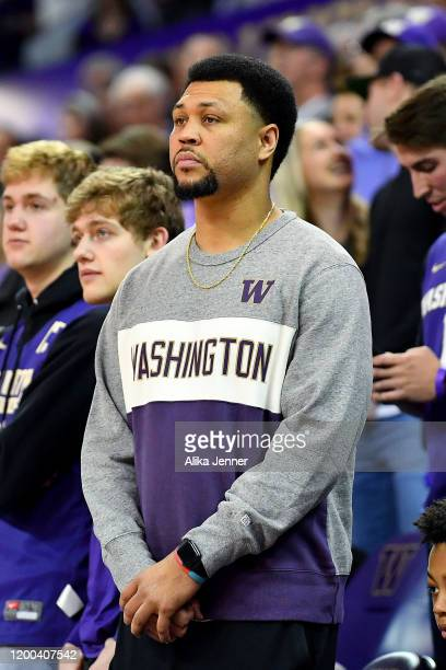 Retired NBA player and former Washington Huskies Brandon Roy watches the game between the Washington Huskies and the Oregon Ducks at the Hec...