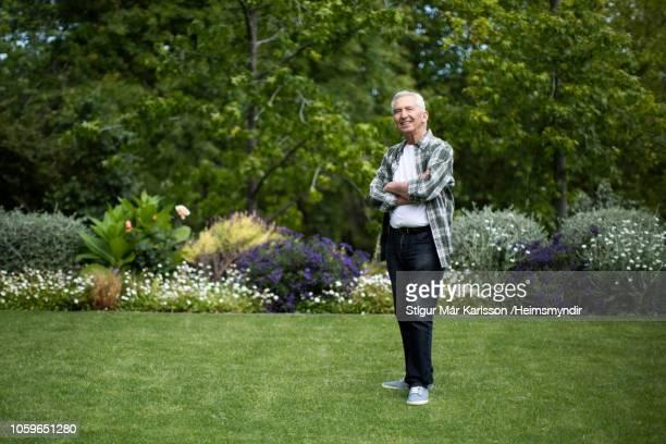 aposentado homem sênior em pé com os braços cruzados - só um homem - fotografias e filmes do acervo