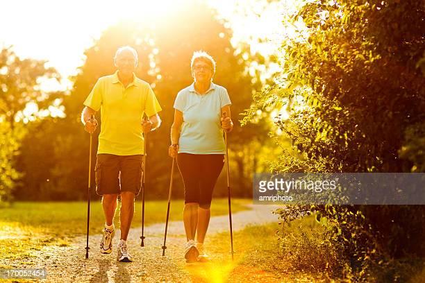 Rentner nordic walking Sonnenlicht