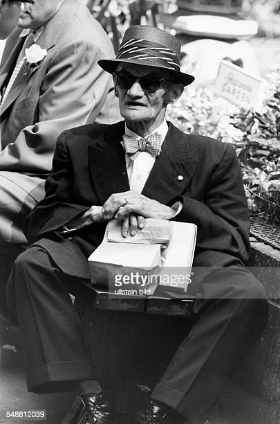 Retirees: old man sitting on a park bench - 1960 - Photographer: Jochen Blume - Vintage property of ullstein bild