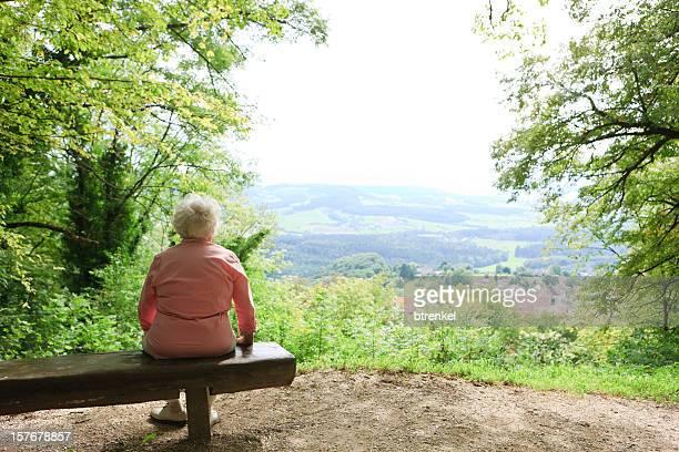 retraite-solitude personne - vieilles fesses photos et images de collection