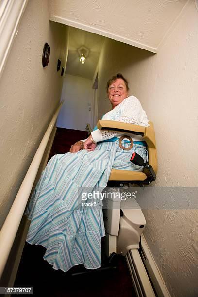 reforma: idosa a vida em casa usando o elevador de escada - elevador de escada imagens e fotografias de stock