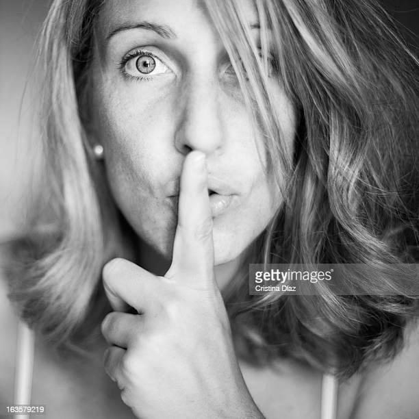 Retrato de mujer pidiendo silencio