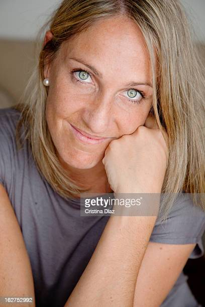 Retrato de mujer rubia y ojos verdes