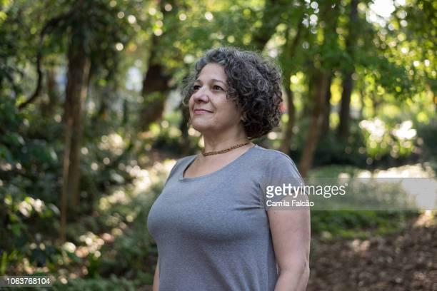 retrato de mulher de meia idade do parque