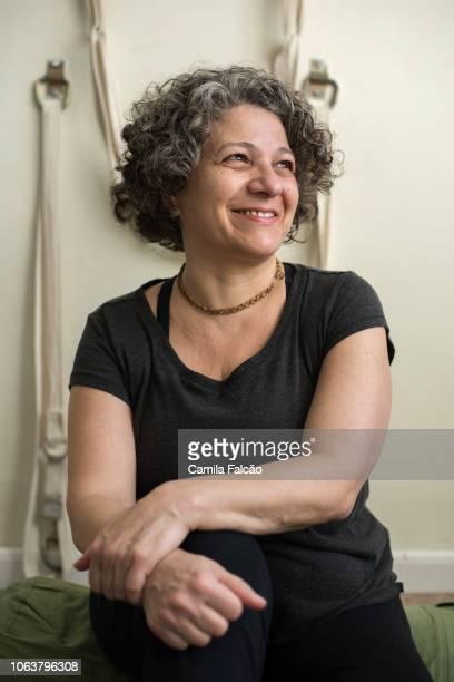 retrato de mulher de meia idade em estúdio de yoga