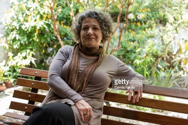 retrato de mulher de meia idade em um jardim