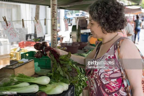 retrato de mulher de meia idade na feira
