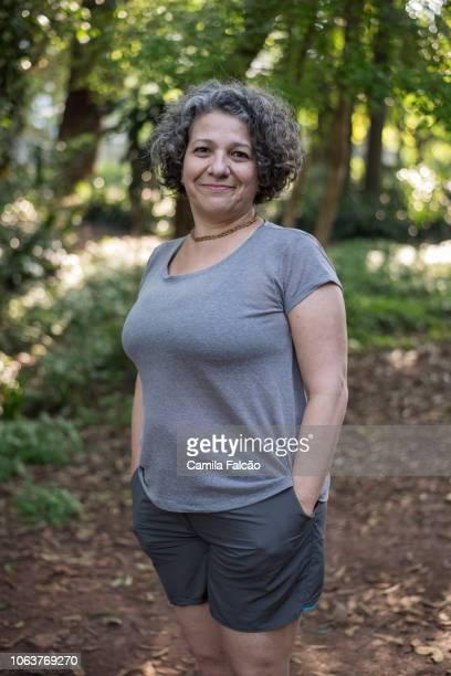retrato de mulher de meia idade no parque