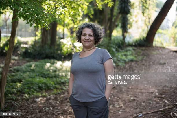 retrato de mulher no parque