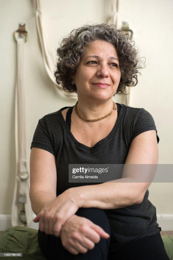 retrato de uma mulher de meia idade em estúdio de yoga